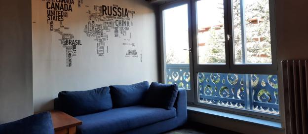 Het salon met zicht over de vallei van Courchevel Le Praz
